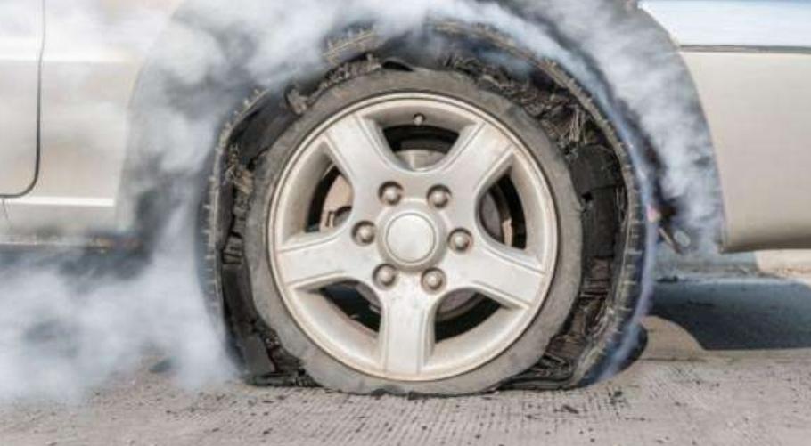 7 نصائح هامة يجب اتباعها حال انفجار إطار السيارة تحافظ على حياتك
