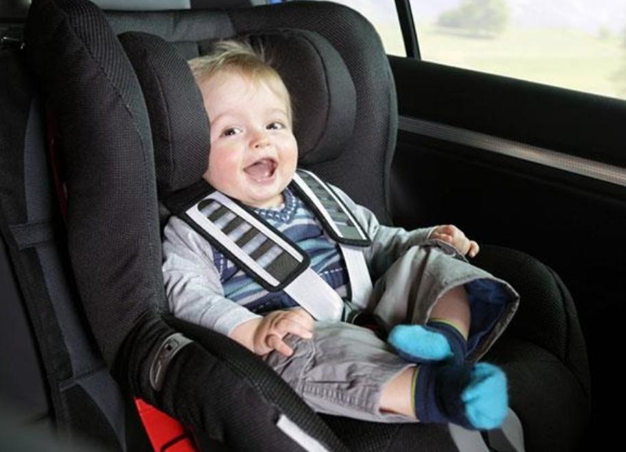 الطريقة الصحيحة لربط حزام الأمان بمقعد الطفل
