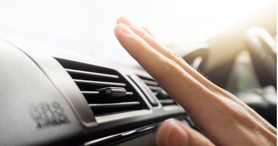 ما السبب الرئيسي لضعف خروج الهواء البارد من مكيف السيارة