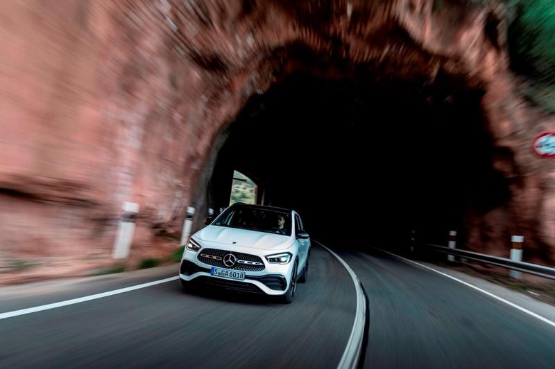 مرسيدس-بنز تقدم السيارة GLA الجديدة كليا  السيارة مرسيدس-بنز GLA تأتي بخصائص جديدة ومزيد من الرحابة والأمان