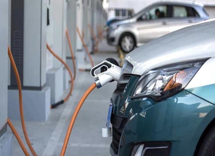 الإمارات تعتزم زيادة عدد السيارات الكهربائية لتصل إلى نحو 42 ألف سيارة بحلول 2030