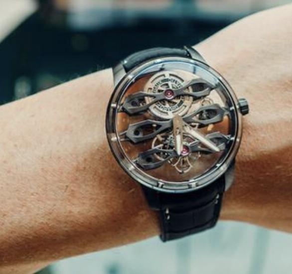 أستون مارتن تقدم ساعة جديدة سعرها..146 الف دولار