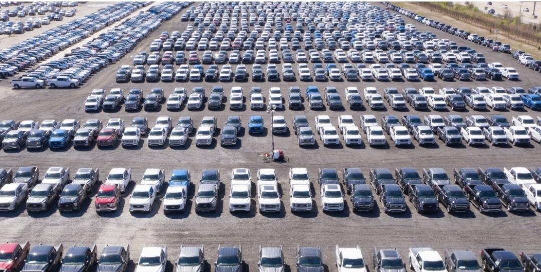 كيف ستحل فورد مشلكة اكتظاظ السيارات في مصانعها الناتجة من مشكة نقص الشرائح الإلكترونية؟