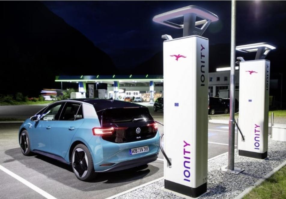 في سابقة هامة... رئيس فولكس فاجن ينتقد محطات أيونيتي لشحن السيارات الكهربائية