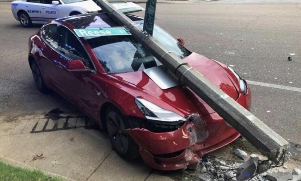 مقتل فرد وإصابة 17  في حوادث سيارات تسلا إل 17