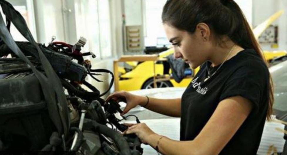 رنا الحايك.. أول لبنانية تعمل في ميكانيكا السيارات