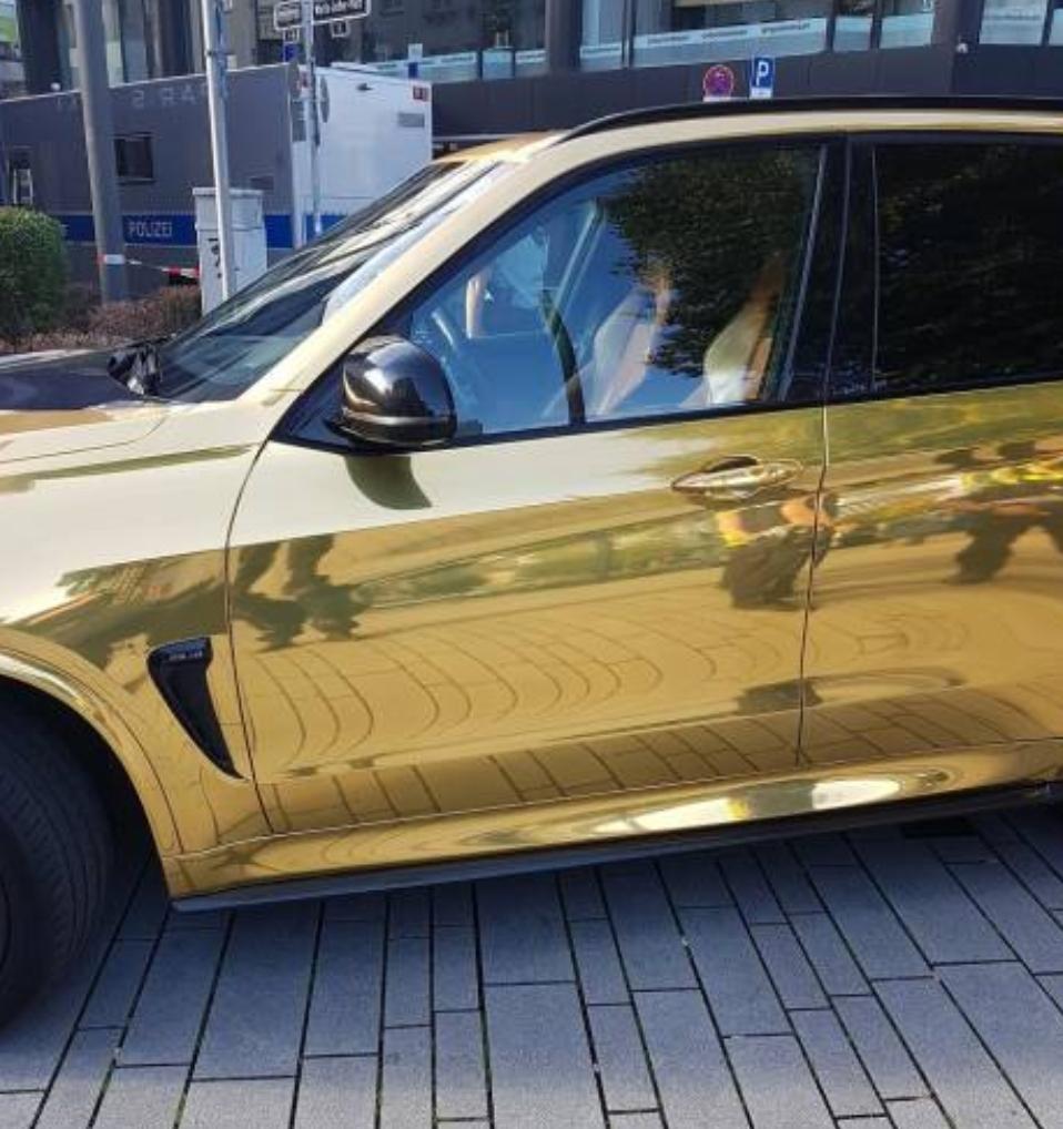 سبب غريب جعل الشرطة الألمانية تصادر سيارة BMW X5 M ذهبية